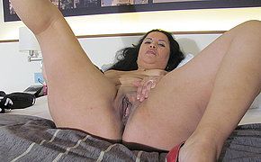 Kinky mature slut playing on her bed hither a dildo