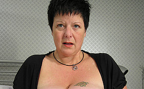 Big titted mama squirts heavily in a beeline she cums