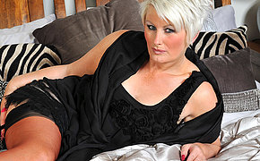 Horny mature Davina loves to get wet away from herself