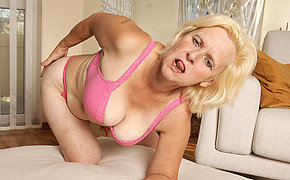 Horny housewife Janice loves connected with get wet and unrestrained