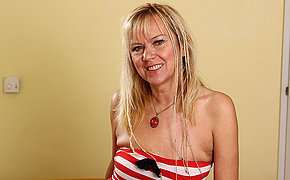 Mature housewife still likes to play with herself