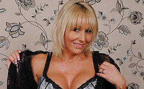 Spiffy British MILF playing round the brush pussy