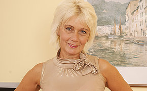 Blue mature housewife loves to play with herself