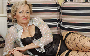 Xrated mature housewife loves to play with herself