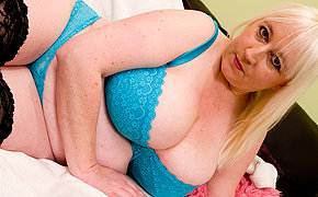 Mature Jo Juggs loves to get herself naughty