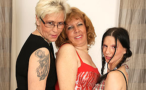 Three old and young lesbians love pee