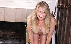 Naught American housewife playing with her pussy