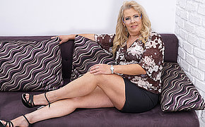 Chubby mature hussy masturbating on the couch
