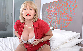 Curvy British missis playing in bed