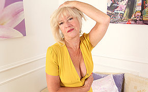 Mature Emily Jane loves to play with her pussy